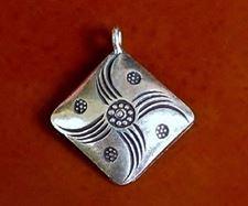 Afbeelding van 21x21 mm, hangertje, Hill Tribe fijn zilver, gekerfde ruitvorm